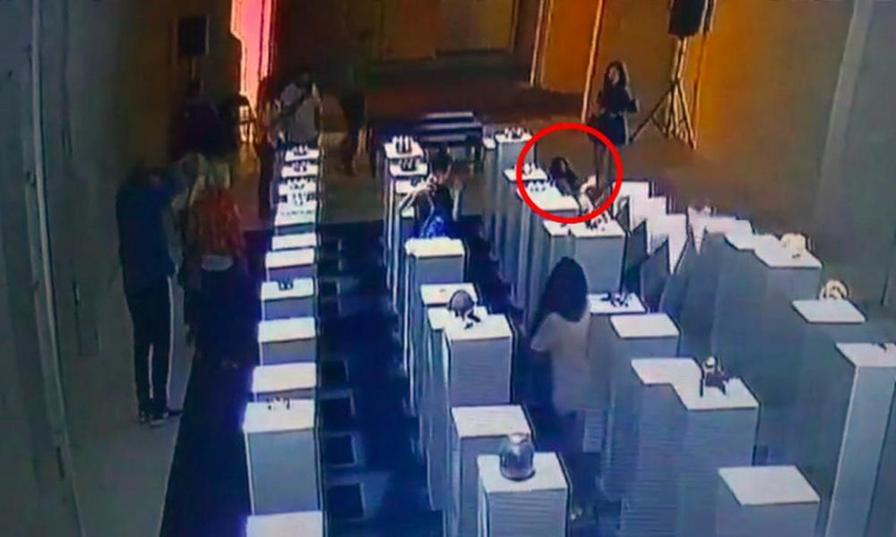 (VIDEO) Gara-Gara Selfie, Wanita ini Rusak Karya Seni Senilai 2 Milyar Rupiah